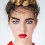 frisuren frauen ideen schöne frau model mit geflechten haaren roter lippenstift dunkelblonde haare