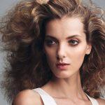lockige lange haare frisieren
